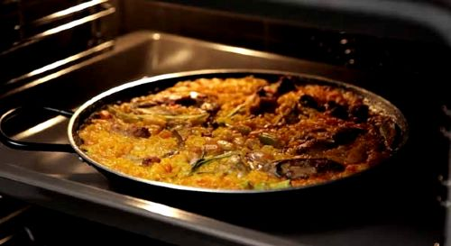 Keeping the paella warm in the oven